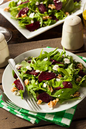 salad in plate: Raw verde remolacha y ensalada de r�cula con queso feta