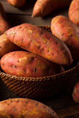 camote: Patatas sin procesar orgánicas dulces en un fondo