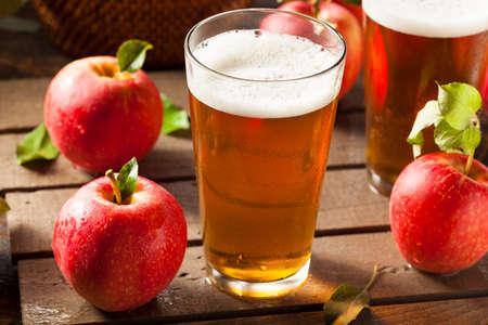 vaso de jugo: Sidra de manzana Ale Listo para beber Foto de archivo
