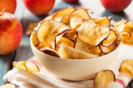 Gebakken Gedehydrateerd Appels Chips in een kom Stockfoto