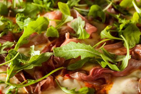Prosciutto and Arugula Pizza with Marinara Sauce Imagens