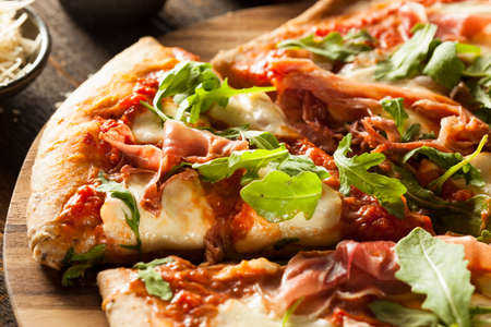 Prosciutto and Arugula Pizza with Marinara Sauce Archivio Fotografico