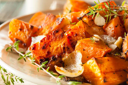 Homemade Cooked Sweet Potato with Onions and Herbs Standard-Bild