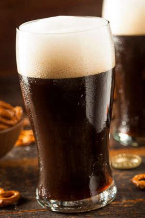 cerveza negra: Refrescante Oscuro Stout Cerveza Listo Para Beber