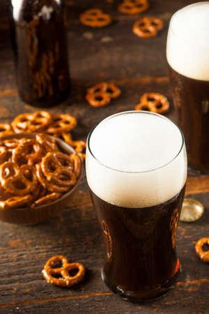 cerveza negra: Refrescante Oscuro Stout Beer Listo para Beber