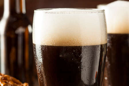 stout: Refrescante Oscuro Stout Beer Listo para Beber