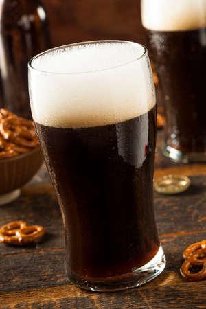 cerveza negra: Refrescante valiente oscura cerveza Listo para beber Foto de archivo