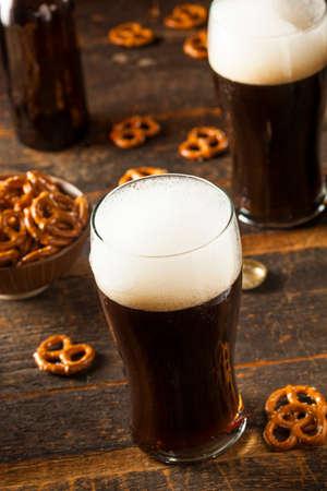 stout: Refrescante valiente oscura cerveza Listo para beber Foto de archivo