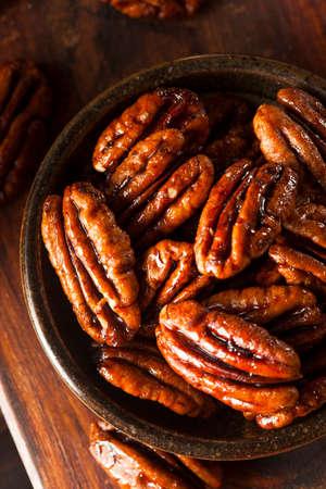 Hausgemachte kandierte Pekannüsse mit Zimt und Zucker