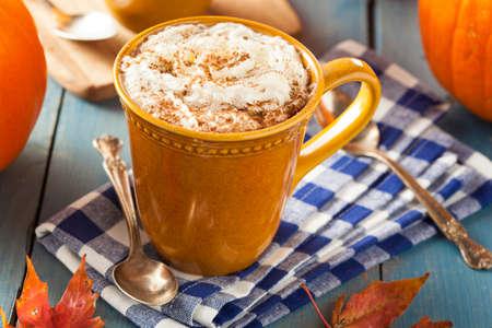 Herfst Pumpkin Spice Latte met melk en room Stockfoto