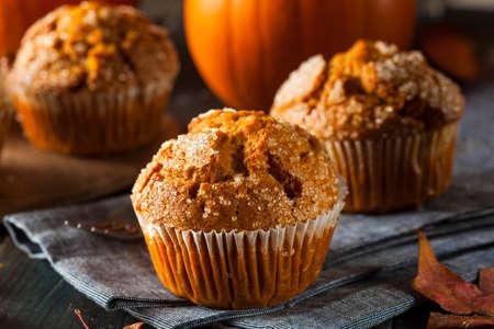 Homemade Herbst-Kürbis Muffin Servierfertig Standard-Bild