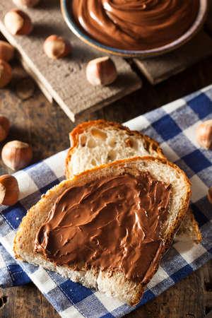 avellanas: Homemade Spread avellana chocolate en un fondo
