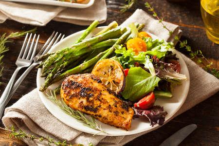 Pollo con limón y hierbas casero con ensalada y espárragos Foto de archivo - 32306183