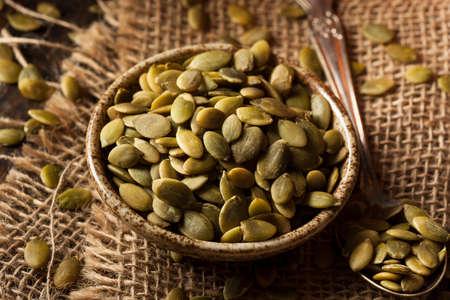Raw Organic Pumpkin Pepita Seeds in a Bowl Stockfoto