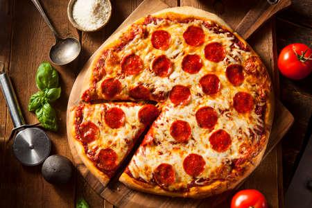 먹을 뜨거운 집에서 만든 페퍼로니 피자 준비