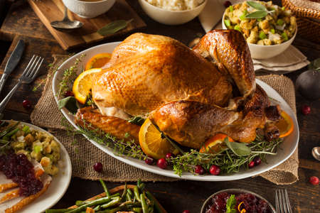 Whole Homemade Thanksgiving Turkey with All the Sides 版權商用圖片 - 32917333