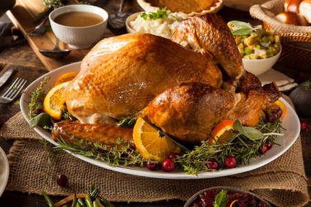 Whole Homemade Thanksgiving Turkey mit alle Seiten Standard-Bild - 32917335