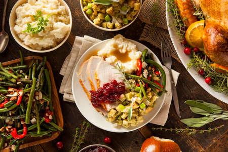 högtider: Hemlagad Thanksgiving Turkiet på en tallrik med fyllning och potatis