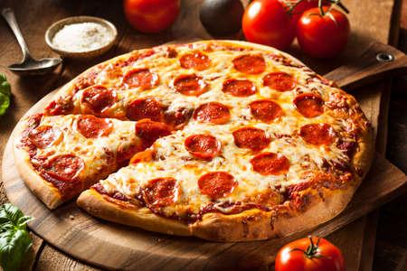 queso: Hot Homemade Pizza de salchichones Listo para comer Foto de archivo