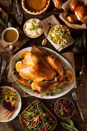 すべての辺と全体手作りの感謝祭の七面鳥