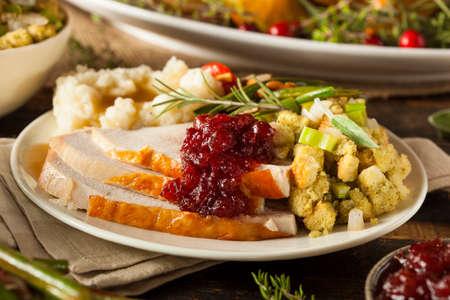 Homemade Thanksgiving Turkey auf einer Platte mit Füllung und Kartoffeln Standard-Bild - 32918867
