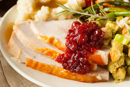 Homemade Thanksgiving Turkey auf einer Platte mit Füllung und Kartoffeln Standard-Bild - 32918868