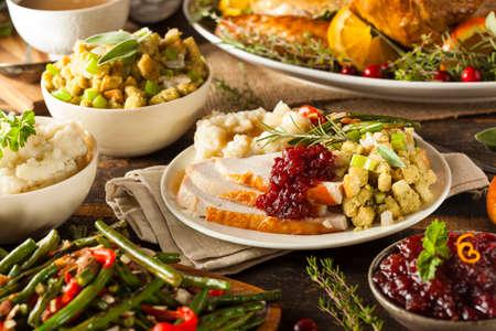Homemade Ringraziamento Turchia su un piatto con ripieno e patate Archivio Fotografico - 32918887