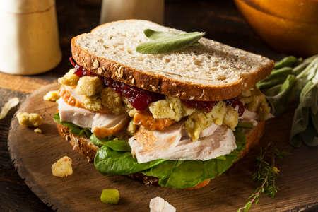 sandwich de pollo: Hecho en casa Sandwich sobrante de Acción de Gracias Cena de Turquía con Arándanos y Relleno