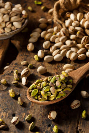Raw Organic Pistachio Nuts in a Bowl Imagens