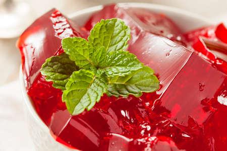gelatina: Homemade rojo cereza Gelatina en un tazón de fuente