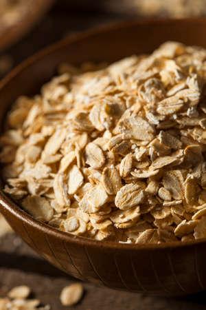avena en hojuelas: Organic Raw Seco avena en un tazón de fuente