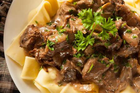 Zelfgemaakte hartige rundvlees Stroganoff met champignons en Noedels Stockfoto