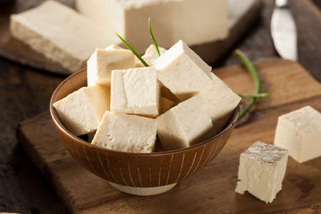 leche de soya: Organic Raw soja Tofu en un fondo Foto de archivo