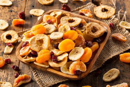 유기 건강 모듬 접시에 과일을 말린