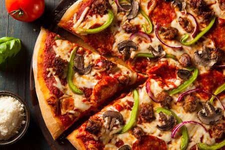 수제 뜨거운 최고 피자 페퍼로니 고추와 소시지 스톡 콘텐츠