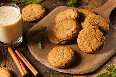 Zelfgemaakte Bruin Gingersnap Cookies voor de feestdagen Stockfoto