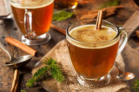 Zelfgemaakte Hot Buttered Rum voor de feestdagen Stockfoto