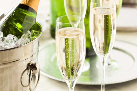 Champagne alcohólica para la celebración de Fin de Año Foto de archivo - 34238192