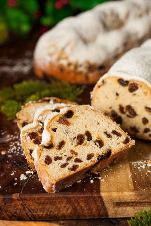comida alemana: Festiva de Navidad alemana Stollen pan con azúcar en polvo