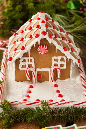 casita de dulces: Homemade caramelo Gingerbread House con Candycanes y Frosting