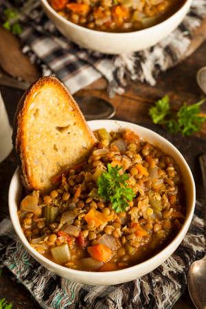 lentejas: Hecho en casa de Brown Sopa de lentejas con zanahorias cebollas y tomates