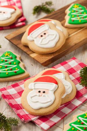 galletas de navidad: Navidad en casa Galletas de azúcar decoradas con Frosting Foto de archivo
