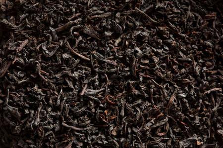 loose leaf: Dry Negro t� de hoja suelta en un taz�n de fuente Foto de archivo