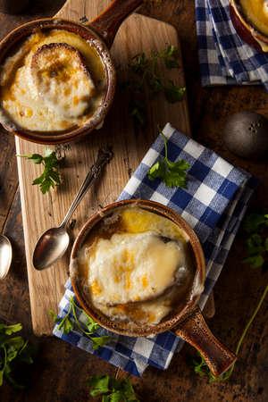 onion: Sopa de cebolla francesa hecha en casa con queso y pan tostado