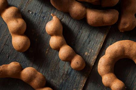 tamarindo: Organic Raw Marrón Tamarind en un fondo