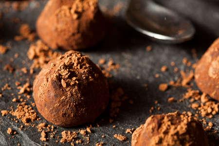 trufas de chocolate: Fancy trufas de chocolate negro Listo para comer Foto de archivo