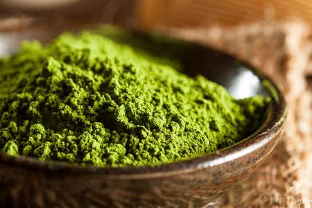 Crudo Orgánico verde Matcha Té en un tazón de fuente