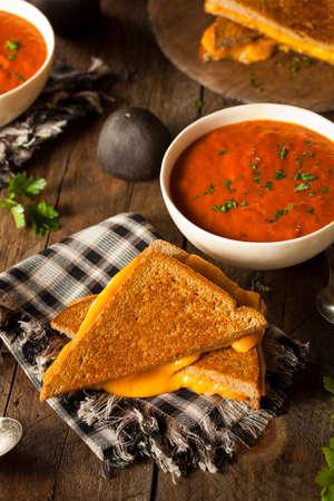 Zelfgemaakte gegrilde Kaas met Tomatensoep voor Lunch