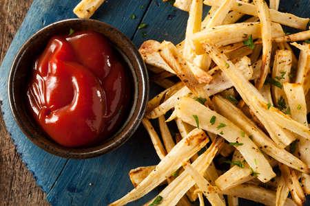 salsa de tomate: Homemade Perejil raíz papas a la francesa con salsa de tomate