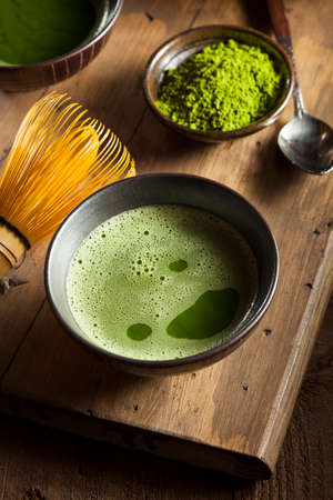 feier: Organic Green Matcha Tee in einer Schüssel